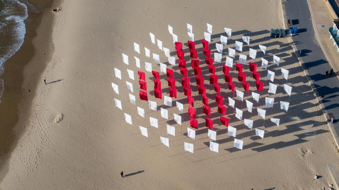 Seniman asal Inggris, Luke Jerram menyelesaikan instalasi yang ditunjukkan sebagai penghargaan dan penghormatan untuk para korban COVID-19