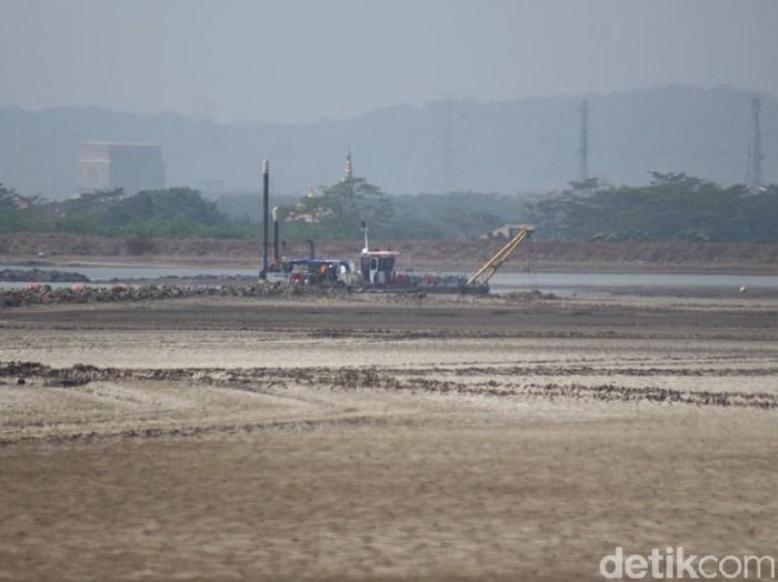 kapal keruk di titik 25 yang sdh tidak aktif alirkan lumpur ke kali Porong
