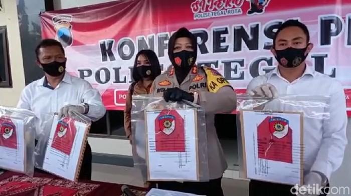 Kapolresta Tegal Kota AKBP Rita Wulandari saat jumpa pers penetapan Wakil Ketua DPRD Kota Tegal Wasmad Edi Susilo sebagai tersangka kasus konser dangdut saat pandemi COVID-19, Senin (28/9/2020)