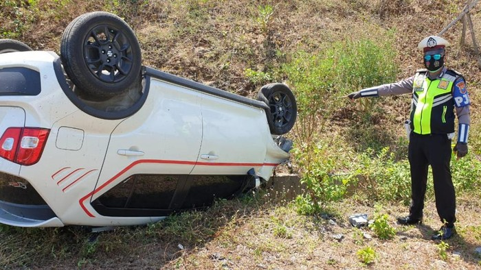 Kecelakaan kembali terjadi di jalan tol wilayah Pasuruan. Mobil Suzuki Ignis menabrak pikap di Tol Surabaya-Malang lalu terbalik.