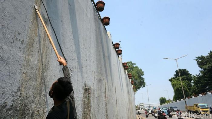 Petugas percantik underpass atau kolong jembatan di jalan Basuki Rachmat, Jakarta Timur, Senin (28/09/2020), dengan melakukan pengecatan ulang.