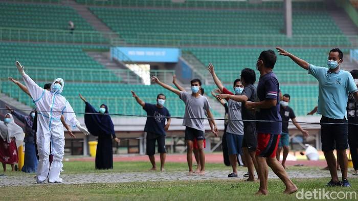 Sejumlah pasien berstatus orang tanpa gejala (OTG) senam bersama tim medis di Stadion Patriot Chandrabaga, Bekasi, Jawa Barat, Senin (28/9/2020). Sebanyak 30 pasien OTG mengikuti kegiatan senam yang bertujuan untuk meningkatkan sistem imun. Senam berlangsung selama 45 menit.