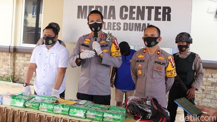 Polres Dumai tangkap 2 kurir sabu yang dikendalikan napi di lapas Pekanbaru (Chaidir Tanjung/detikcom)
