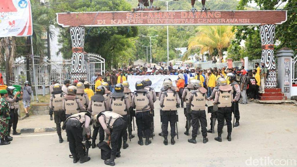 Tak Kantongi Izin, Demo Tolak Otsus di Jayapura Dibubarkan Polisi