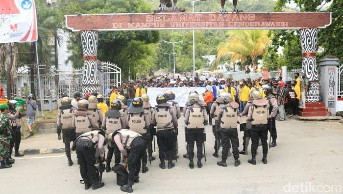 Polresta Jayapura membubarkan demo penolakan Otsus Papua II di Jayapura (Wilpret S/detikcom)