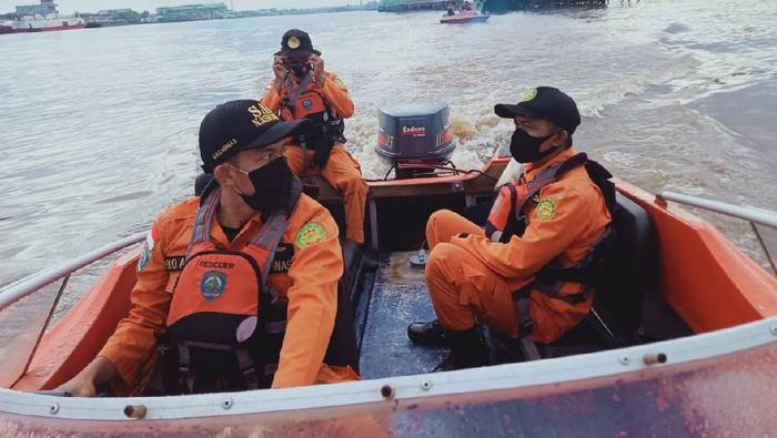 Tim SAR gabungan mencari orang hilang akibat kecelakaan sampan motor di Sungai Kapuas, Pontianak, Kalbar