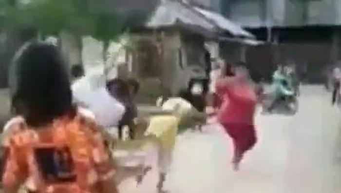 Screenshot video viral bocah tendang wanita tua di Simalungun
