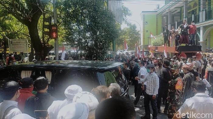 Massa yang tergabung dalam Koalisi Indonesia Tetap Aman (KITA) menolak acara silaturahmi yang dihadiri salah satu deklarator KAMI, Gatot Nurmantyo.