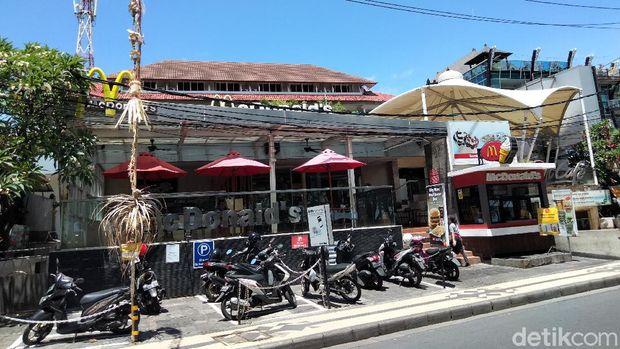 McDonald's Kuta, Badung, Bali dikabarkan akan ditutup secara permanen besok. Menjelang satu hari penutupan, McDonald's Kuta masih sepi pengunjung.