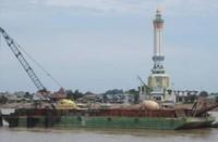 Sebuah menara masjid yang berdiri kokoh di seberang sungai. (Foto: Lena Ellitan/dtraveler)