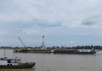 Kapal-kapal yang melayari Sungai Batanghari. (Foto: Lena Ellitan/dtraveler)