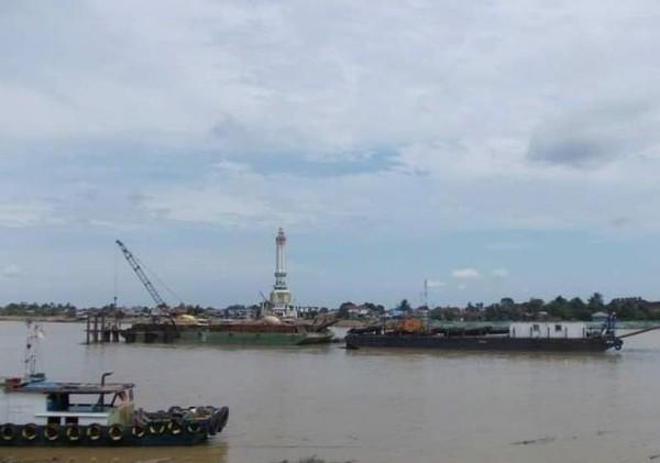 Deretan empat ada di Sumatera yaitu Sungai Batanghari sepanjang 800 km. Sungai ini membentang dari Sumatera Barat hingga Jambi. (Lena Ellitan/dtraveler)