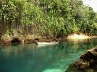 Sungai Hinatuan memiliki air yang berwarna toska kebiruan yang indah.