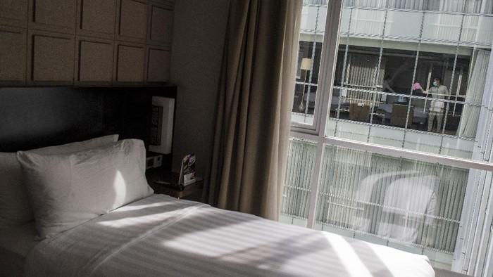 Pekerja membersihkan ruangan dan kamar di Hotel Aston Pasteur, Bandung, Jawa Barat, Senin (28/9/2020). Perhimpunan Hotel dan Restoran Indonesia (PHRI) Jawa Barat mencatat tingkat penghunian kamar hotel menurun menjelang akhir September 2020 sekitar 15 persen dibanding bulan Agustus 2020 yang mencapai 22 - 27 persen akibat kurangnya kunjungan wisatawan menyusul pemberlakuan Pembatasan Sosial Berskala Besar (PSBB) di Jakarta. ANTARA FOTO/M Agung Rajasa/hp.