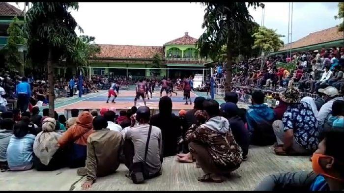 DIhadiri seribuan penonton, Turnamen voli putra dibubarkan