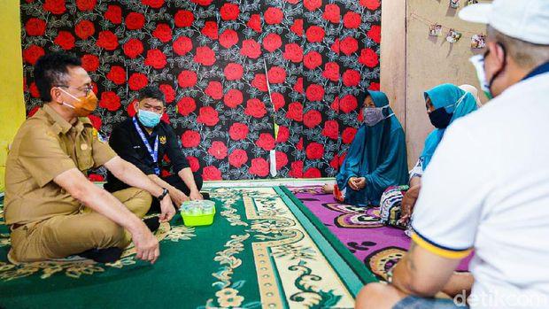 Wali Kota Pontianak, Edi Rusdi Kamtono, saat mengunjungi rumah korban (Adi Saputro/detikcom)