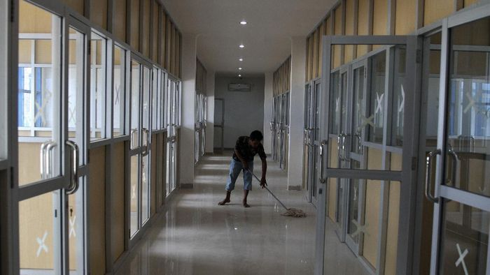 Pekerja melakukan pemeriksaan selang gas medis di rumah sakit sementara pasien COVID-19 yang merupakan bekas ruang belajar SMA Negeri 1 Ranomeeto, di Kecamatan Ranomeeto, Kabupaten Konawe Selatan, Sulawesi Tenggara, Selasa (29/9/2020). Pihak Pemerintah Provinsi Sulawesi Tenggara dalam waktu dekat segera memfungsikan rumah sakit sementara bagi pasien COVID-19 dengan fasilitas 130 ruang isolasi serta fasilitas lahan olahraga sekitar 3 hektare. ANTARA FOTO/Jojon/hp.