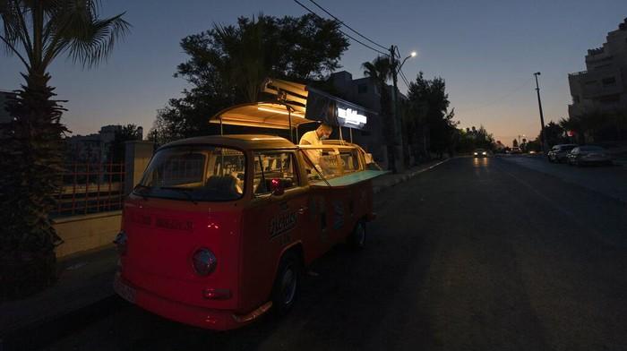 Krisis virus Corona telah melanda restoran di Tepi Barat Palestina. Sehingga sektor makanan kini beralih ke tren baru yaitu food truck.