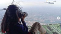 Ngeri! Aksi Fotografer Wanita RI Motret dari Rampdoor Pesawat