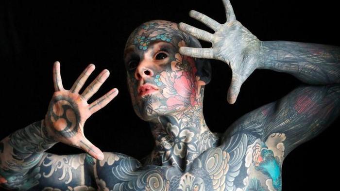 Seorang guru di Prancis dilarang mengajar gegara tubuhnya dipenuhi tato. Pria itu pun disebut sebagai orang dengan tato terbanyak di Prancis. Berikut potretnya.