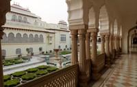 Untuk mencapai Istana Samode, traveler dapat menempuh jalur darat sekitar 1 jam dari ibu kota Rajasthan, Jaipur. Sesampainya di lokasi, traveler dapat melihat bahwa bangunan ini menjadi saksi sejarah panjang India. (Foto: Taj/CNN)