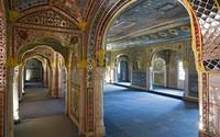 Mereka tetap mempertahankan barang-barang warisan keluarga di sana, termasuk lukisan berwarna-warni dan Shish Mahal, aula cermin yang digunakan leluhur Singh sebagai tempat hiburan. (Foto: www.samode.com)
