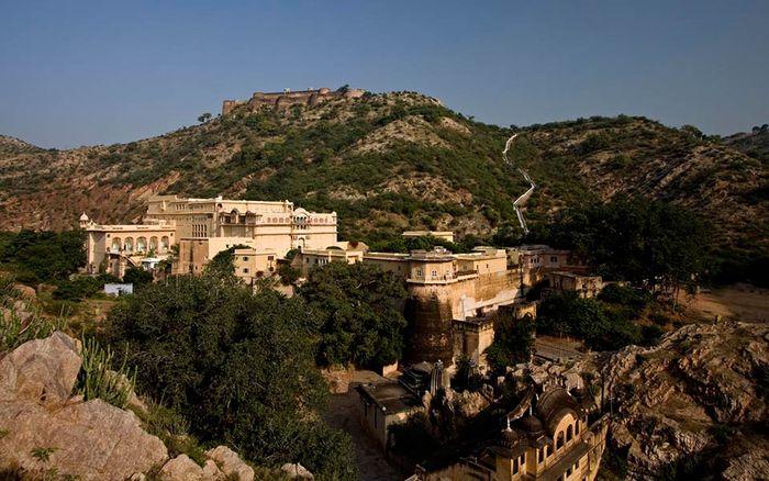 Istana Samode di Rajasthan dulunya merupakan milik keluarga raja. Namun kini diubah menjadi hotel sehingga siapapun bisa menginap di sana.