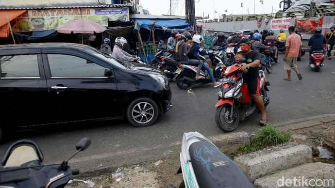 Aksi ugal-ugalan saat berkendara di jalan masih kerap dilakukan sejumlah pemotor nakal. Minimnya pengawasan membuat mereka tak segan lakukan aksi berbahaya itu.