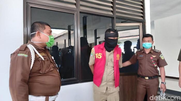 Kejaksaan Negeri Karawang mengeksekusi Kamaludin (48) Kepala Desa Cikampek Utara. Ia ditangkap di kantor desa saat sedang berdinas. Saat tiba di kantor kejaksaan, Kamaludin masih mengenakan seragam.