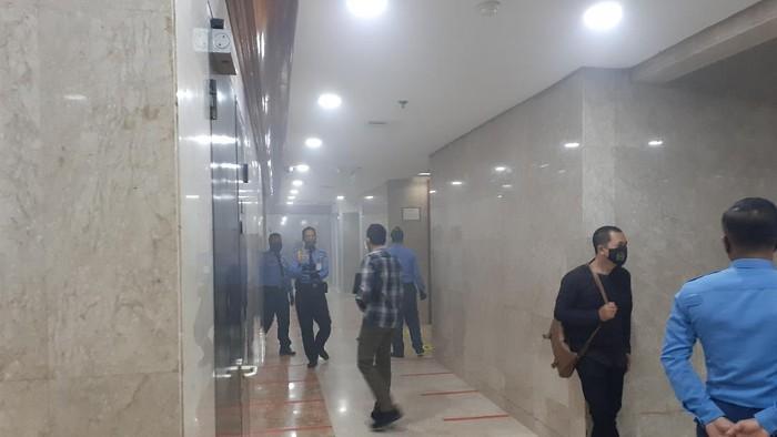 Kepulan asap timbul di Gedung Nusantara II, kompleks MPR/DPR, Senayan, Jakarta. Alarm Kebakaran pun sempat berbunyi.