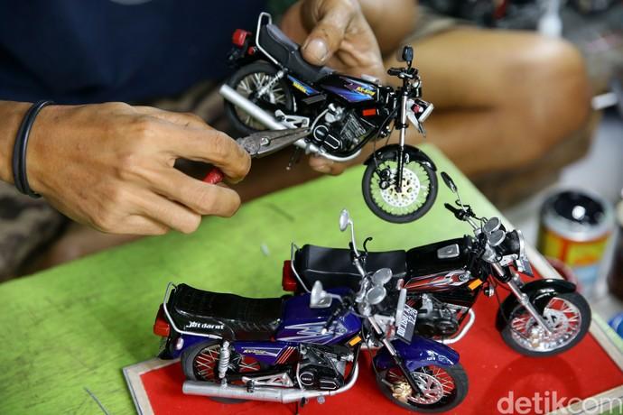 Wawang Kurniawan (38) tengah membuat miniatur sepeda motor dikediamannya yang terletak di kawasan Sarua, Ciputat, Tangerang Selatan, Selasa (29/9/2020). Grandyos Zafna/detikcom