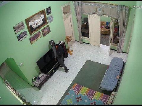Komplotan pencuri yang menggasak harta Rp 600 juta di Kudus terekam kamera CCTV, Selasa (29/9/2020).
