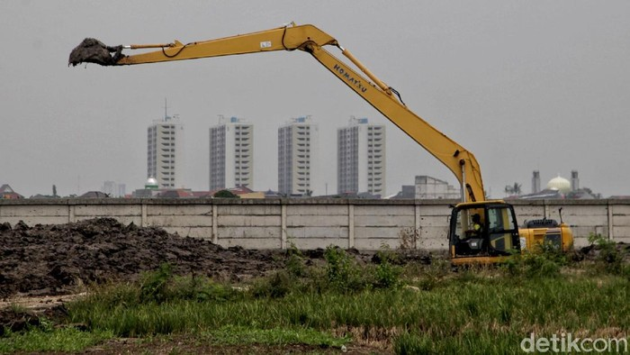 Pemprov DKI Jakarta sapkan lahan 2 hektare lahan untuk jadi lokasi pemakaman jenazah COVID-19. Petugas pun tengah membuat akses jalan menuju lahan pemakaman itu