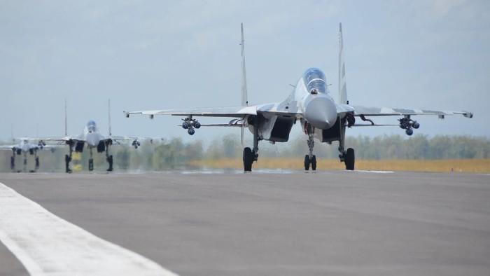 Penerbang tempur menerbangkan pesawat Sukhoi menuju Air Weapon Range (AWR) Pandanwangi Lumajang dari Lanud Iswahjudi Magetan, Jawa Timur, Selasa (29/9/2020). Kegiatan tersebut dalam rangka mengikuti manuver lapangan Latihan Puncak Komando Operasi Angkatan Udara II Sikatan Daya 2020 di AWR Pandanwangi Lumajang. ANTARA FOTO/Penerangan Lanud Iswahjudi/sis/hp.