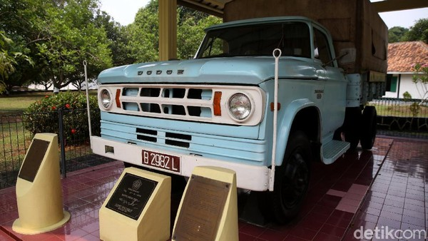 Selain itu, terdapat pula koleksi mobil kuno yang memiliki keterkaitan dengan peristiwa tersebut.