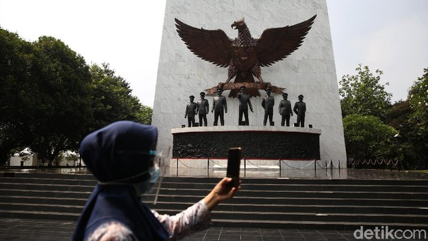 Seorang warga tampak berfoto di depan patung tujuh pahlawan revolusi yang berada di kawasan Monumen Pancasila Sakti.