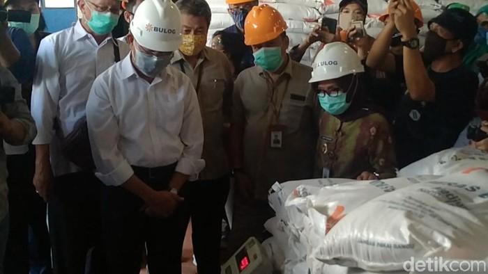 Menko PMK Muhadjir Effendy cek beras bansos di Pekalongan