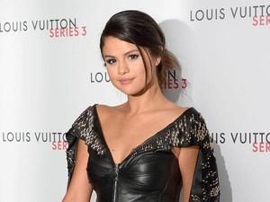 Rilis Lini Pakaian Renang, Selena Gomez Diduga Implan Payudara