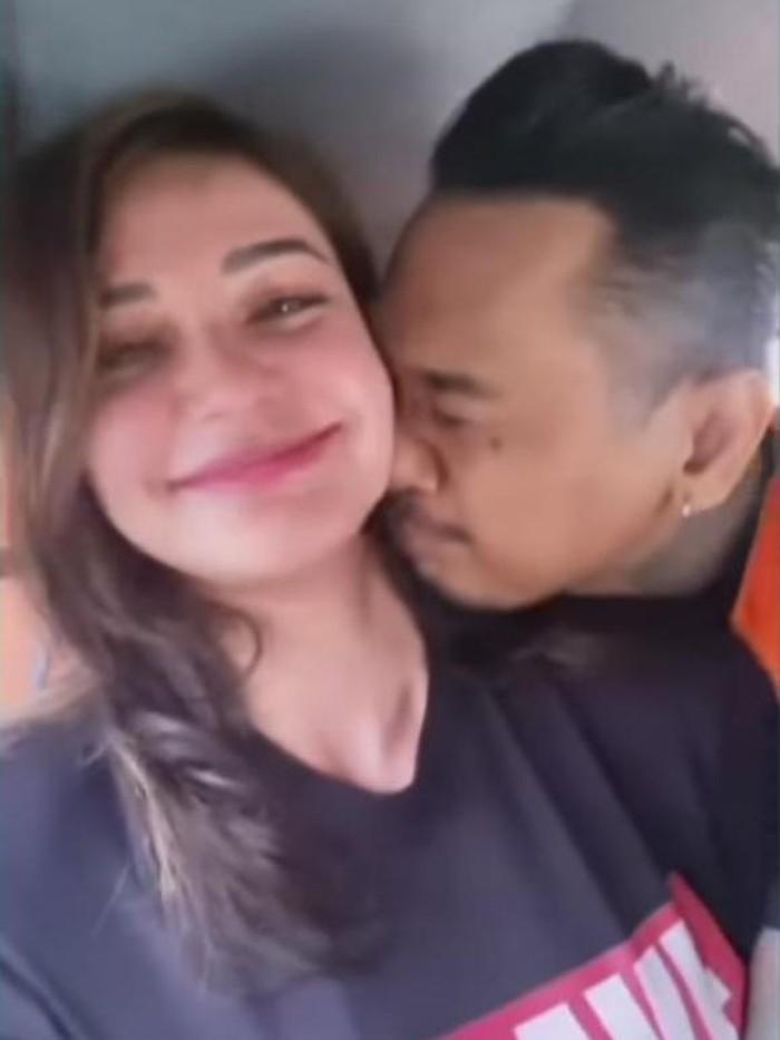 Nora Alexandra dan suami, Jerinx, di dalam mobil tahanan (Screenshot video viral)