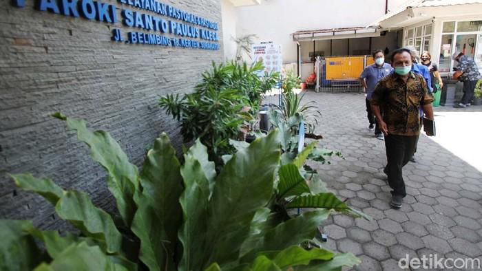 Calon Wakil Wali Kota Solo dari Independen FX Suparjo mengunjungi Gereja Santo Paulus Kleco, Solo. Penantang gibran ini ditemui Romo Emmanuel Nua MSF.