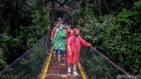 Ada beberapa aturan yang harus dipatuhi wisatawan saat naik ke jembatan gantung ini, salah satunya Jembatan Gantung Situ Gunung hanya dapat dinaiki 40 pengunjung saja dalam waktu bersamaan.