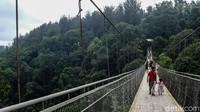 Selain itu, pengunjung yang berada di atas jembatan juga dilarang untuk berlari atau melompat-lompat demi keselamatan bersama.