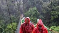 Jembatan Gantung Situ Gunung memiliki panjang 243 meter dan ketinggian 161 meter di atas permukaan tanah. Jembatan Gantung Situ Gunung sendiri merupakan yang terpanjang di Indonesia.