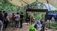 Jembatan gantung ini dibuat dari kayu ulin atau kayu besi. Kayu ulin ini dikirim langsung dari Papua.