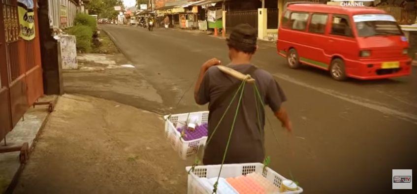 Meski Tertatih, Penjual Agar-agar Ini Tetap Cari Nafkah Demi Urus Anak Yatim