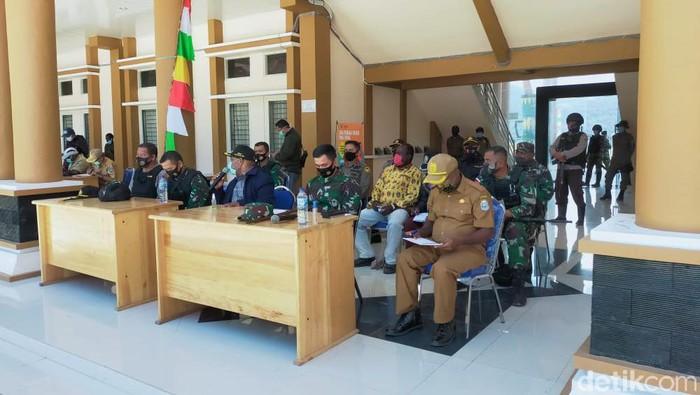 Suasana Pertemuan Pemda, TNI-Polri dan Tokoh- Tokoh di kabupaten Intan Jaya, Selasa (29/9)