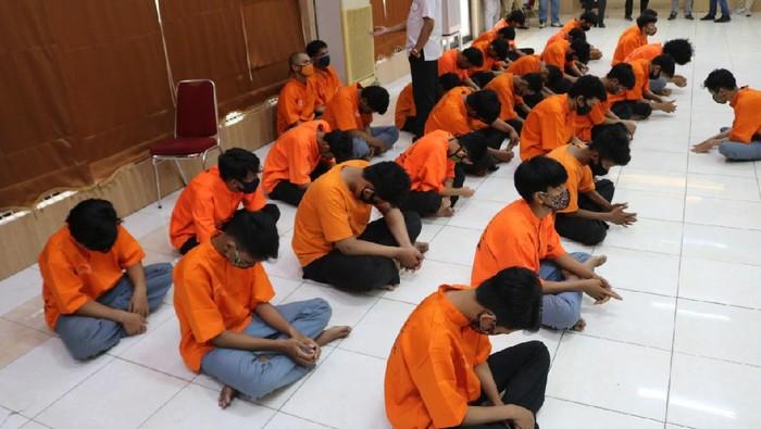 Polres Metro Bekasi menangamankan 28 ABG yang membawa senjata tajam dan hendak tawuran (dok Istimewa)