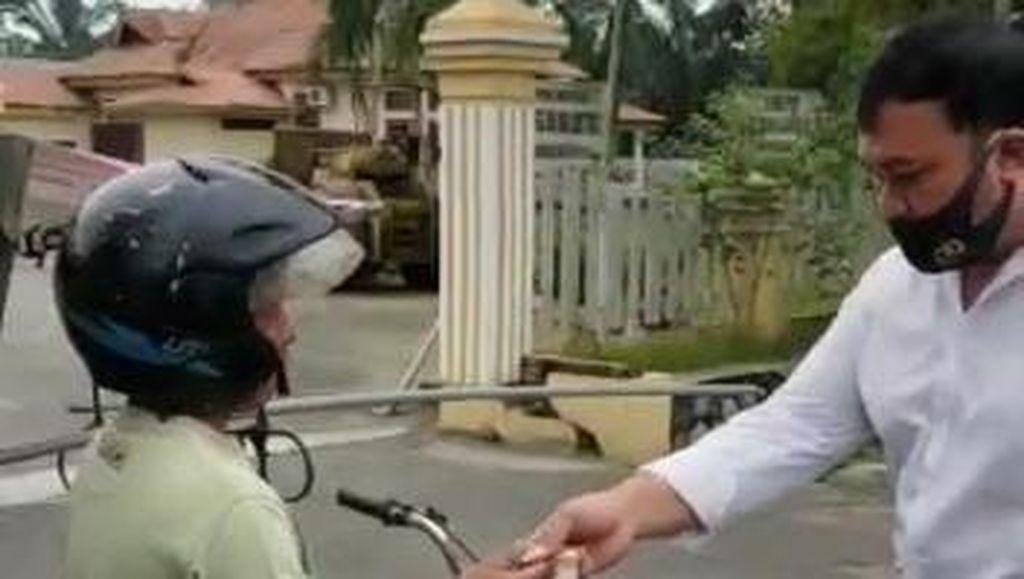 Kena Operasi Yustisi, Tukang Becak Ini Malah Dibelikan Masker oleh Polisi