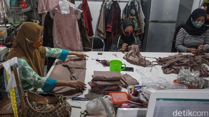 Para pelaku UMKM harus memutar otak dan lebih kreatif untuk dapat bertahan di era pandemi ini. Seperti yang dilakukan Butik Dewi Sambi di Tangerang ini.