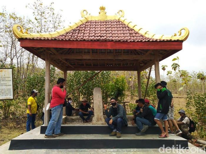 Jejak Raja Airlangga yang ada di Lamongan layak dijadikan tempat wisata sejarah. Pasalnya, peninggalan masa Airlangga di Lamongan tidak hanya di Situs Candi Patakan, tapi tersebar di banyak lokasi.